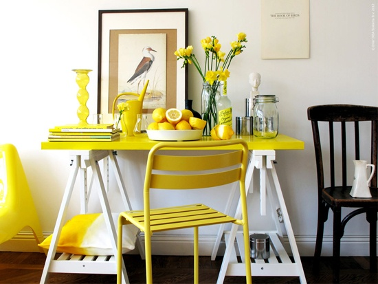 jaune table et chaise