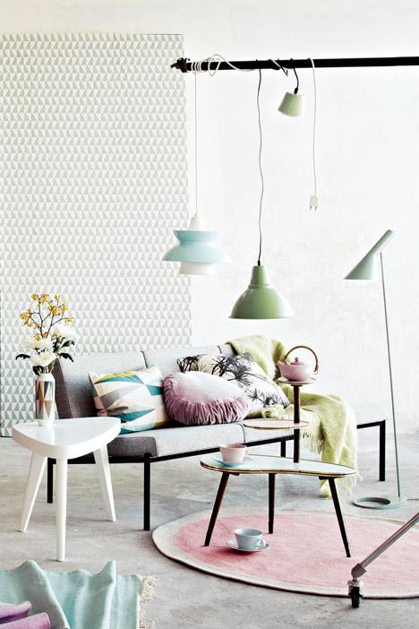 canapé et lampes pastel